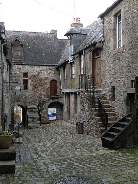 La cour du Foyer à Villedieu-les-Poêles.