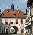 Von einst drei Toren ist nur das Obere Tor aus dem Jahr 1720 erhalten, es ist heute Teil des Rathauses. - panoramio.jpg