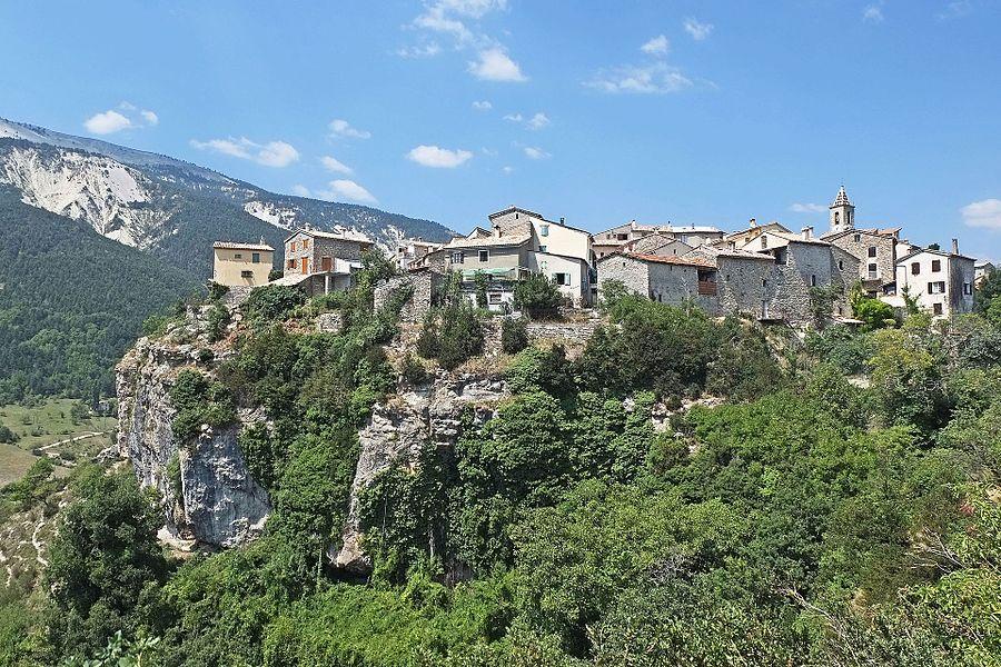 Vue du village de Méailles en venant du Fugeret.