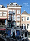 foto van Pand met baksteen gevel met rechte kroonlijst. Boven de winkelpui afb.