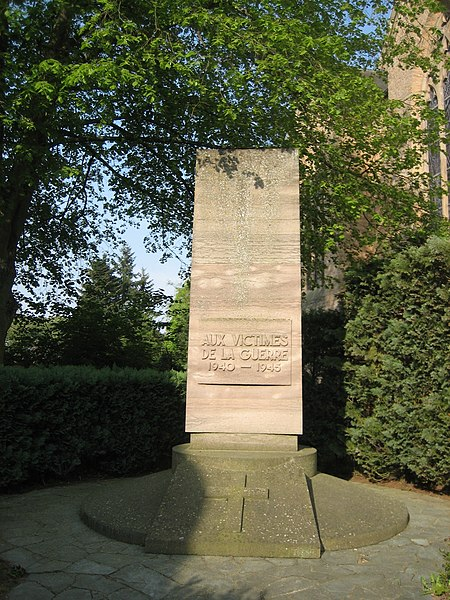 "World War II memorial in Beaufort, Luxembourg.  Inscription: ""Aux victimes de la guerre 1940-1945"".  Location: rue de l'église, next to the church."