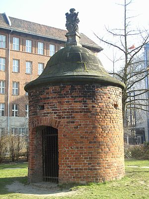 Köllnischer Park - Wusterhausener Bär, a small round tower with tiled walls