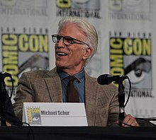 'The Good place' štáb navštíví San Diego Comic Con na panelu (28880424707) .jpg
