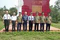Ветераны В. И. Тодорашко и В. В. Скоряк у монумента первого победного боя вьетнамских ракетных войск 24 июля 1965 года.jpg