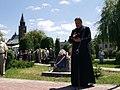 כומר מספיד את יהודי לוטוטוב-יוני2010.jpg