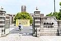 京都大学正門 2017 (34836178833).jpg