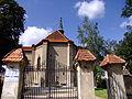 0908130070 - Osieczna - kościół pw. Świętej Trójcy z XVI w. - tylna brama.JPG