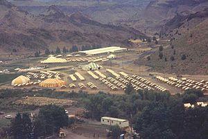 300px 1983 festival at Rajneeshpuram - Antelope, Oregon: Auf den Spuren von Bhagwan Shree Rajneesh (Osho)
