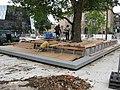 2017-07-24, Platz der Alten Synagoge in Freiburg, Holzpodest mit Bänken im Bau 2.jpg