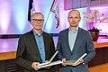 2018. aasta Aadu elutööpreemia laureaat Koit Tsefels (vasakul) ja Aadu inseneripreemia laureaat Märt Puust (Maanteeameti fotokogu).jpg