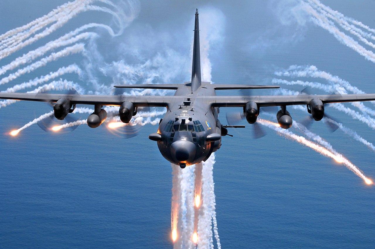قائد القوه الجويه العراقيه : شركة اجنبيه قامت بتحوير احدى طائرات النقل العراقيه لتعمل كقاذفه قنابل  1280px-AC-130H_Spectre_jettisons_flares