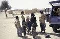 ASC Leiden - van Achterberg Collection - 6 - 066 - Une vieille et une jeune femme se tiennent sur une plaine sablonneuse - Entre Tabelot et Agadez, Niger - janvier 2005.tif
