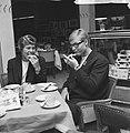 Ada Kok (r). en Klenie Bimolt terug uit USA, hier in restaurant op Schiphol, Bestanddeelnr 918-6506.jpg