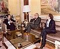 Adolfo Suárez recibe al presidente de la CE y al ministro de Relaciones con las CCEE.jpg