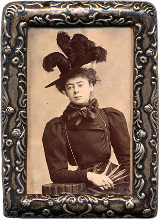 Alice and Claude Askew - Alice Askew with feather hat, unsigned photograph, c. 1908.