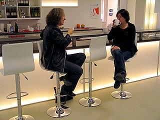 file am tresen die k nstlerinnen ulrike enders und sandra marianne gast bei einer tasse kaffee. Black Bedroom Furniture Sets. Home Design Ideas