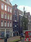 foto van Tot pakhuis verbouwd woonhuis, gevel voorzien van latere punttop