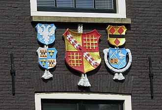 Handboogdoelen, Amsterdam - Detail of the front facade showing the coats of arms of the civic guard and those of four overlieden (directors) of the civic guard, including Frans Banning Cocq