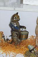 Antique wind-up tin toy cat drummer (24820246030).jpg