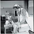 Apusisar pesemässä potilaan jalkoja, Äänislinna, 26.5.1944. Kuvaaja Ensio Liesimaa. SA-kuva.jpg