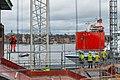 Arbetare vid Slussen ser på när Slussens nya huvudbro anländer till Stockholm, 11 mars 2020.jpg