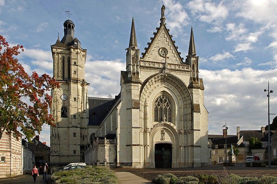 Beaufort-en-Vallée (Maine-et-Loire).  Eglise Notre-Dame.  L'église actuelle fait suite à une chapelle en bois construite vers l'an mille et à une église du XIIème siècle.  Au XVème siècle, Jeanne de Laval, épouse de René Ier d'Anjou, décide la construction d'un nouvelle édifice à la place de l'ancienne église romane.  La nef et le bras nord sont de la fin du XVème début XVIème. Le clocher sera terminé en 1542.  L'essentiel de l'édifice actuel est reconstruit au XIXème siècle, de 1866 à 1877, sur les plans de l'architecte Beignet.   The present church follows a wooden chapel built in the year one thousand and a church of the twelfth century.  In the fifteenth century, Jeanne de Laval, wife of René d'Anjou, decided to build a new building to replace the old Romanesque church.  The nave and north arms of the late fifteenth early sixteenth. The tower will be completed in 1542.  Most of the current building was rebuilt in the nineteenth century, from 1866 to 1877 on the plans of the architect Beignet.