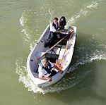 Begleitboot eines Passagierschiffs, Donau.JPG