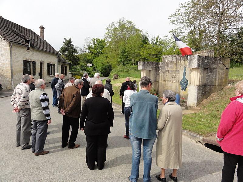 Bièvres (Aisne) Cérémonie commémorative 70e, 8 mai 2015. Rassemblement devant le momnument aux morts