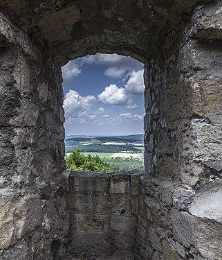 Blick durch die Ruine Bramberg.jpg