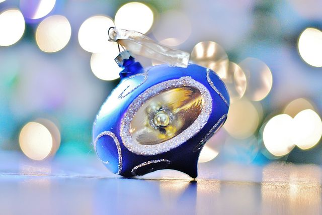 Blue Christmas ornament, Author Kristina Servant, Source https://www.flickr.com/photos/xkristinax/8230065092 (CC BY-2.0 Generic)