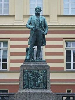 Kekulé Denkmal vor der 'Alten Chemie'