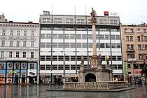 Brno náměstí Svobody morový sloup a banka.jpg