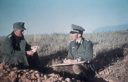 Situation briefing near Stalingrad between a German company commander and a platoon leader Bundesarchiv Bild 169-0952, Russland, bei Stalingrad, Offiziersbesprechung.jpg