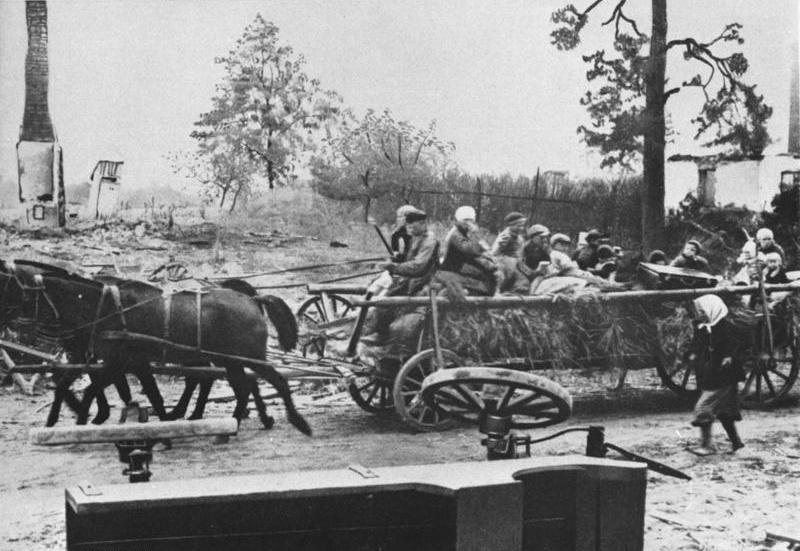 Bundesarchiv Bild 175-S00-00326, Flüchtlinge aus Ostpreußen auf Pferdewagen