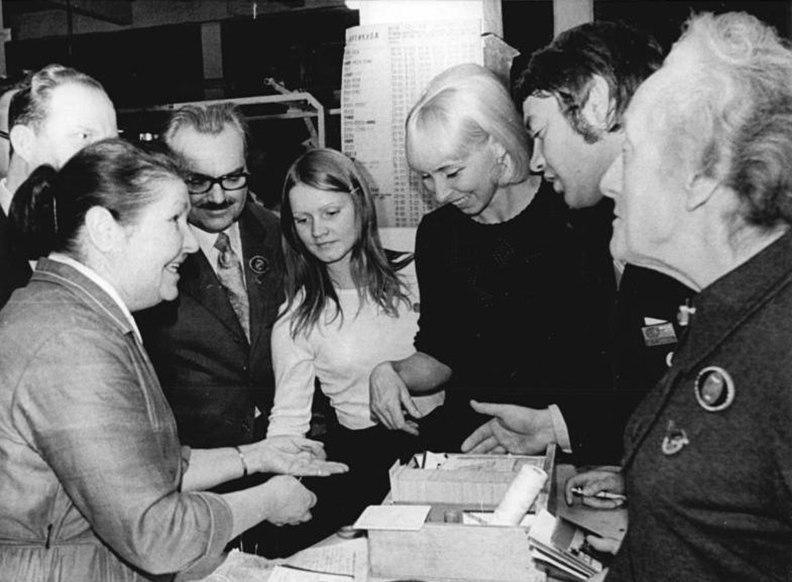 File:Bundesarchiv Bild 183-M1029-0028, Moskau, Weltkongress der Friedenskräfte.jpg