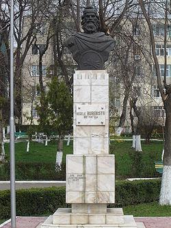 Burebista statue in Calarasi.jpg