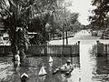 COLLECTIE TROPENMUSEUM De broers Henk en Hans Japing spelen in de tijdens hoog water ondergelopen tuin van het huis met nummer 34 op de Boekit Ketjil in Palembang TMnr 60051055.jpg
