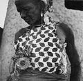 COLLECTIE TROPENMUSEUM Een Samo vrouw draagt een grote hoeveelheid krachtobjecten aan een koord om haar hals TMnr 20010361.jpg