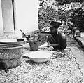 COLLECTIE TROPENMUSEUM Een jongen doet de afwas achter het huis te Ullath TMnr 20000239.jpg