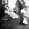 COLLECTIE TROPENMUSEUM Europese moeder met kind bij de stenen trap van een woning op Sumatra TMnr 60011345.jpg