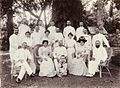 COLLECTIE TROPENMUSEUM Groepsportret van bedrijfsmedewerkers met vrouwen en een kind Nederlands-Indië TMnr 60052020.jpg