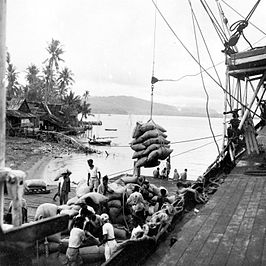 Laden van kopra in de haven van Paré Paré te Sulawesi (1946-1948).