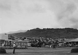 바멘다: COLLECTIE TROPENMUSEUM Zicht op een straat en de huizen van Bamenda TMnr 20014196