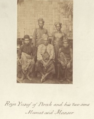 Perak Sultanate - Sultan Yusuf Sharifuddin Mudzaffar Shah (center) with his two sons, Mamat and Mansor, circa 1860-1900.