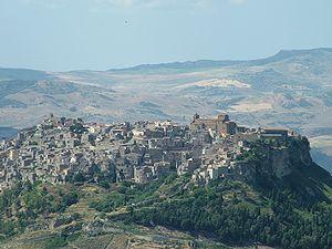 Veduta dal Belvedere di Enna, con Calascibetta in primo piano