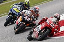 Capirossi in Malesia nel 2005, alla guida della Ducati Desmosedici, davanti a Nicky Hayden (Honda RC211V) e Valentino Rossi (Yamaha YZR-M1).