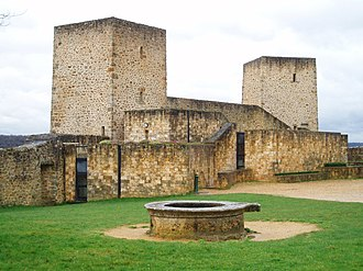 Château de la Madeleine - The well; the modern park headquarters is under the square towers