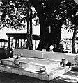 Collectie NMvWereldculturen, TM-20001537, Negatief, 'Het graf van Kapitein Jas', fotograaf Boy Lawson, 1971.jpg