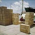 Collectie Nationaal Museum van Wereldculturen TM-20029501 Opgestapelde stukgoederen op de kade van een haven Aruba Boy Lawson (Fotograaf).jpg
