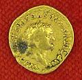 Collezione numismatica degli este data in pegno a Firenze, aureo di tito con la corona d'alloro.JPG